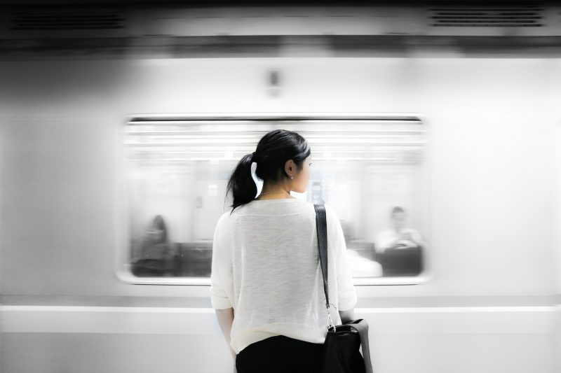 wanita berbaju putih menunggu kereta.faktor stres kerja