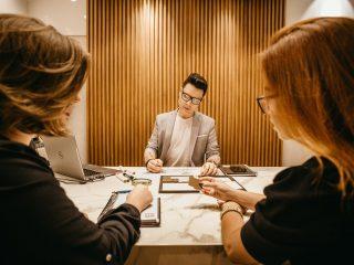 HR sedang melakukan konseling perusahaan dengan laki-laki berkacamata