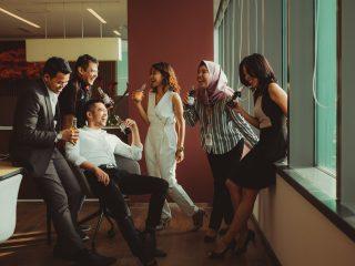 Kumpulan tim kerja yang sedang membicarakan masalah tim kerja di tempat kerja