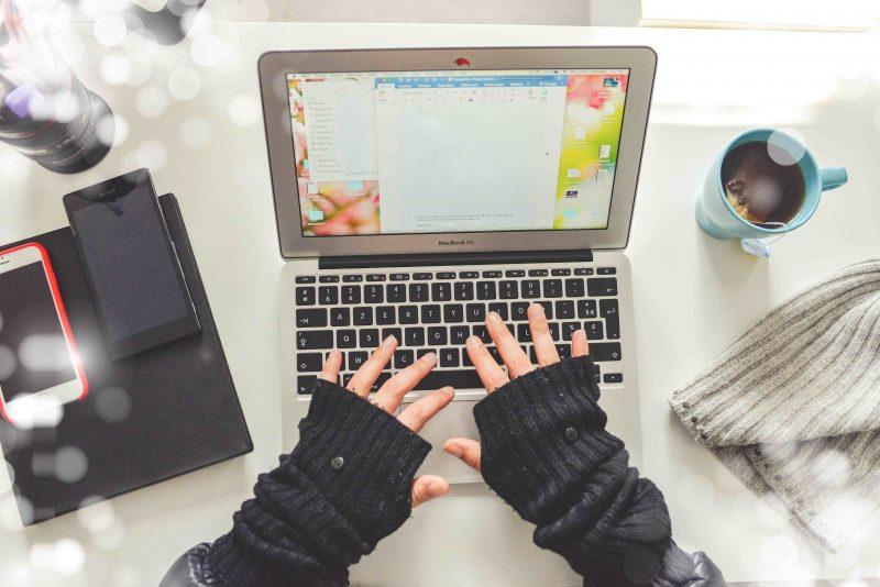 Aplikasi krja dari rumah mengunakan laptop dan smartphone, serta ditemani secangkir kopi