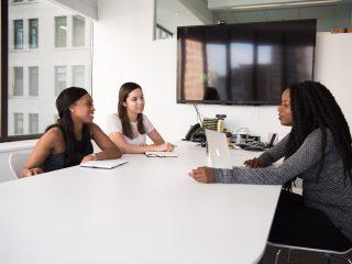 karyawan sedang berdiskusi.konflik rekan kerja