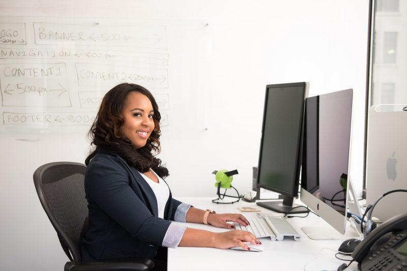 wanita di balik meja kerja setelah melakukan meditasi di tempat kerja