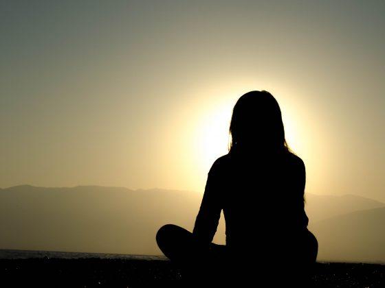 wanita sedang duduk bermeditas. mindfulness untuk bahagia