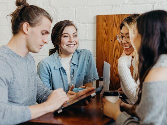 sekelompok orang sedang berbincang. tips relaksasi saat kerja