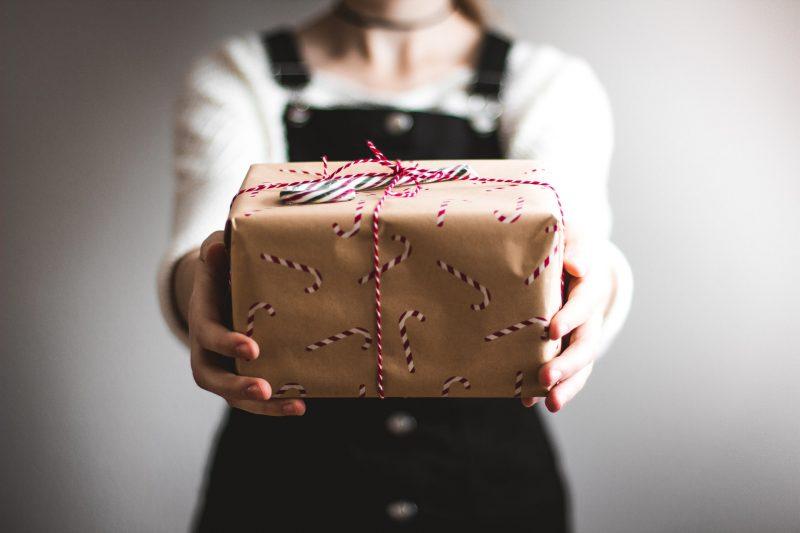 memberikan hadiah kepada orang lain