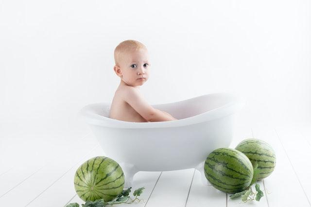 jaga privasi anak dengan posting foto yang menutupi tubuhnya